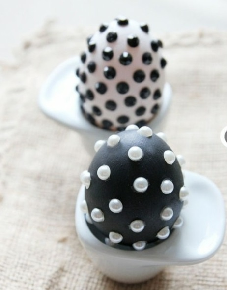 Ostereier in Schwarz Weiß tupfen perlen