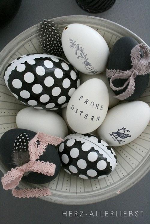 Ostereier in Schwarz-Weiß bemalt