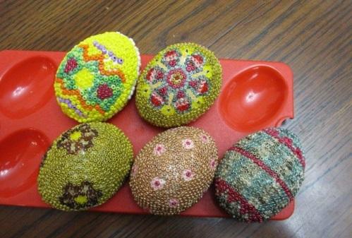 Ostereier mit Perlen verziert originell eierhalter