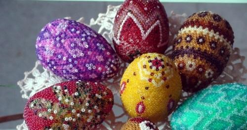 Ostereier  Perlen verziert originell rot lila gelb grün