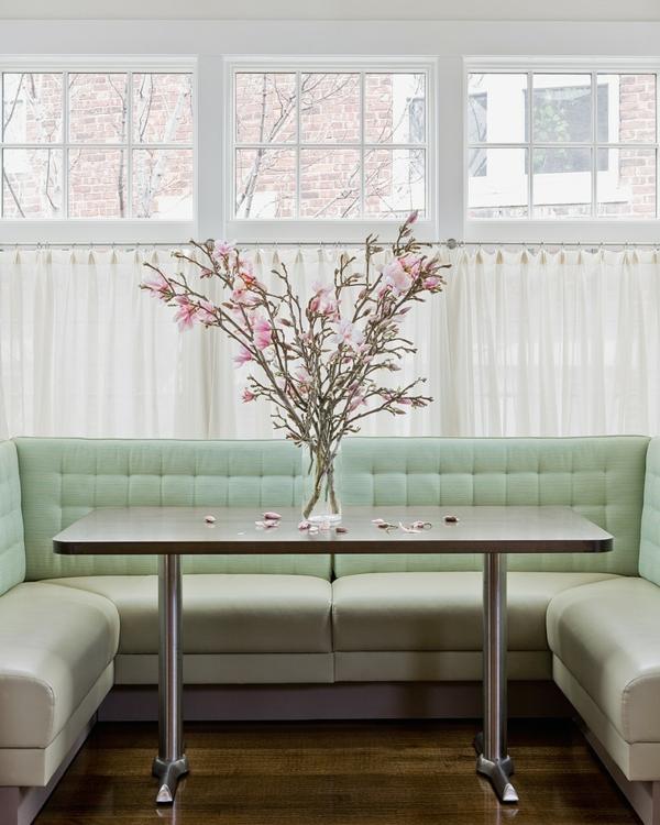 Romantische Deko zum Valentinstag blumen sofa esstisch