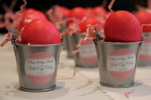 Rote Ostereier bemalen bezogen baum metall eiemer