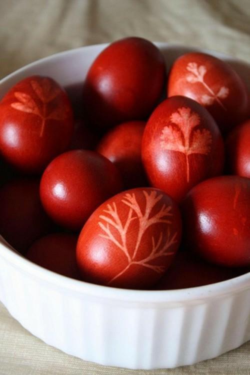 Rote Ostereier bemalen glanzvoll gemustert