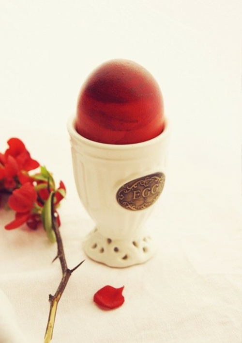 Rote Ostereier bemalen holz ei keramisch eierhalter
