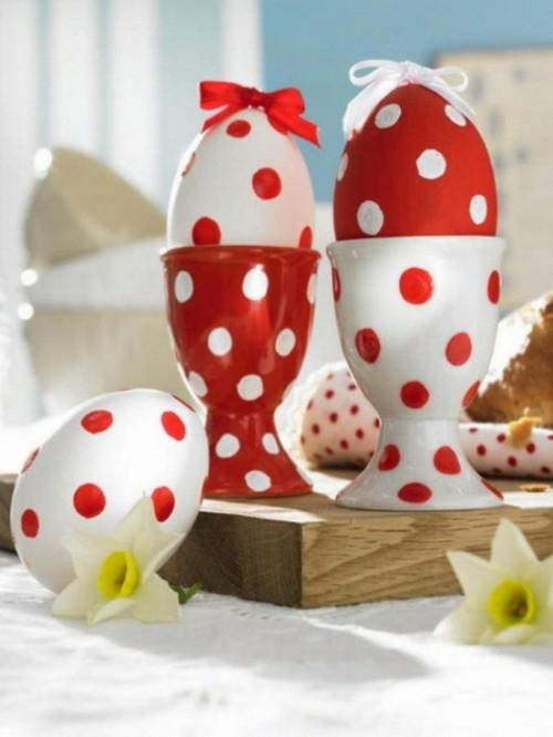 Rote Ostereier bemalen keramisch eierhalter getupft weiß