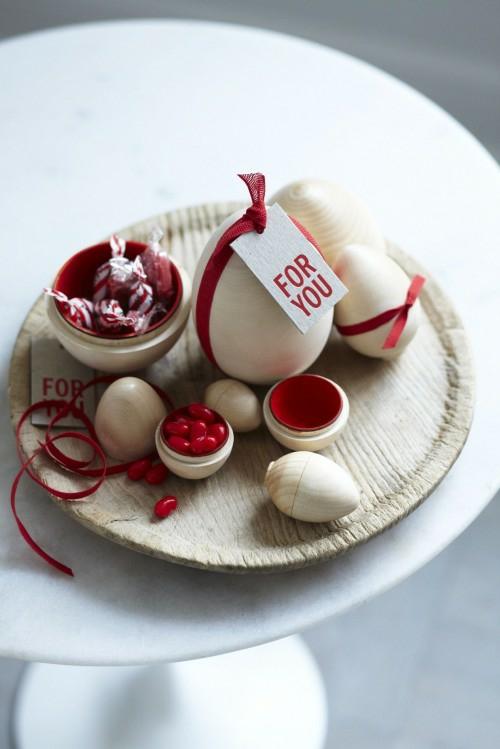 Rote Ostereier basteln teller holz speisen