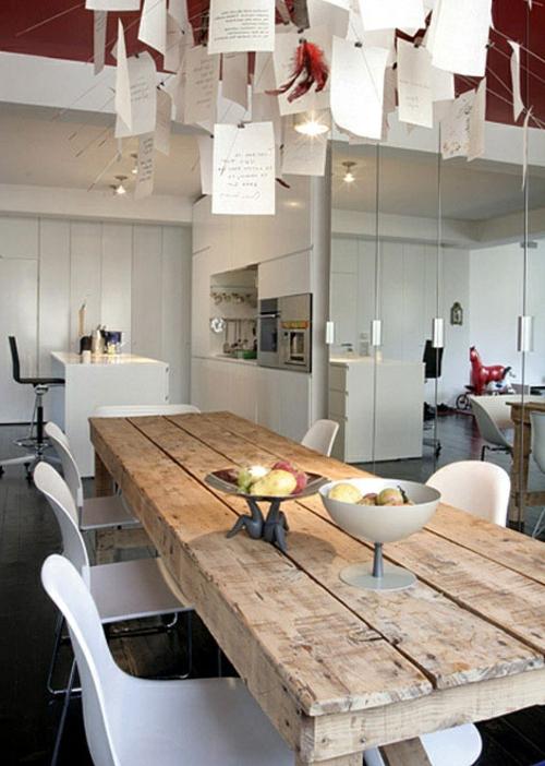 wohnzimmer weiß holz:Rustikale Esstische hell holz hängelampen plastisch weiß lehnstühle