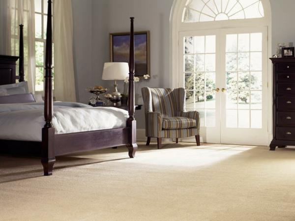 12 ideen wie man einen teppich im wohnzimmer integrieren kann. Black Bedroom Furniture Sets. Home Design Ideas