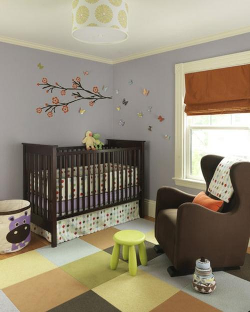 Teppichfliesen mit Stil anordnen babyzimmer bett wandtattoo