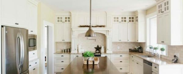 Traditionelle weiße Landhausküche beleuchtung glanz