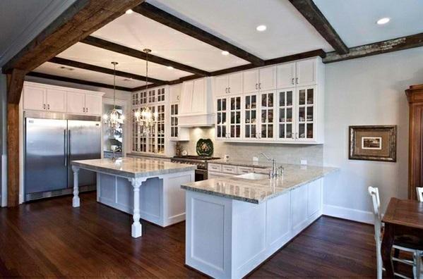 Traditionelle weiße Landhausküche eingebaut deckenbeleuchtung