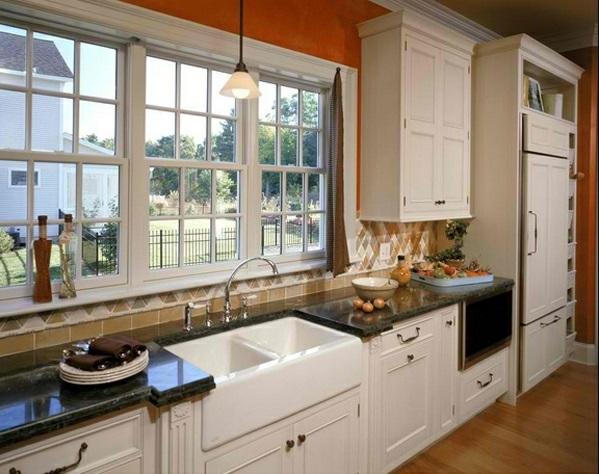 Traditionelle weiße Landhausküche fenster wand