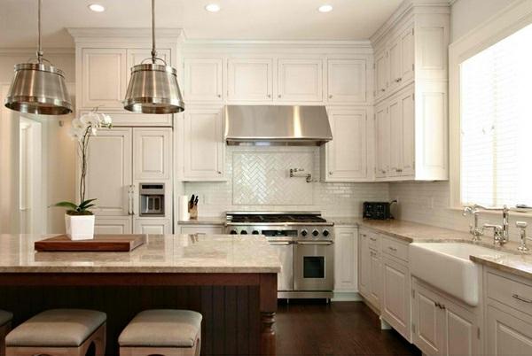 weiße Landhausküche fliesen küchenrückwand