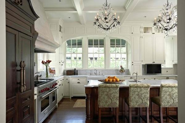 weiße Landhausküche gepolstert gemustert stühle