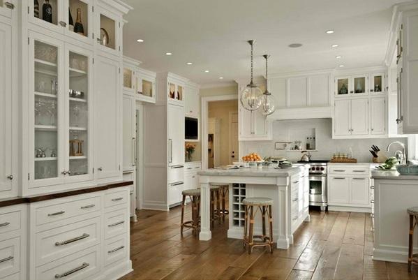 Traditionelle weiße Landhausküche glas kugel hängelampen