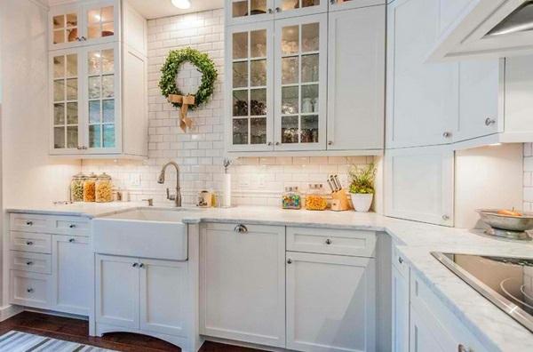 weiße Landhausküche glas türen kranz