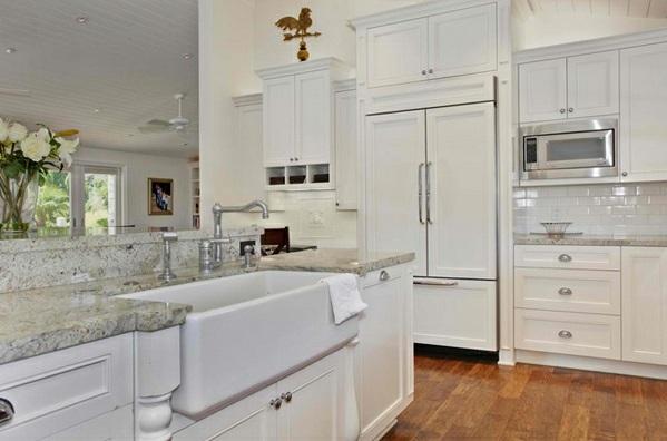 weiße Landhausküche spüle marmor oberflächen