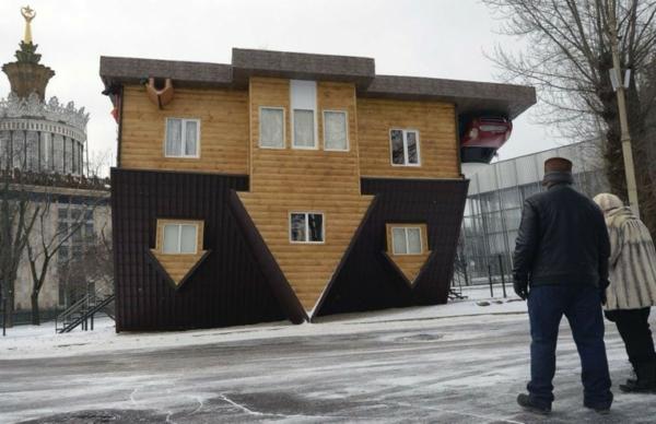 umgedrehtes haus in russland erstaunliche sehensw rdigkeit. Black Bedroom Furniture Sets. Home Design Ideas