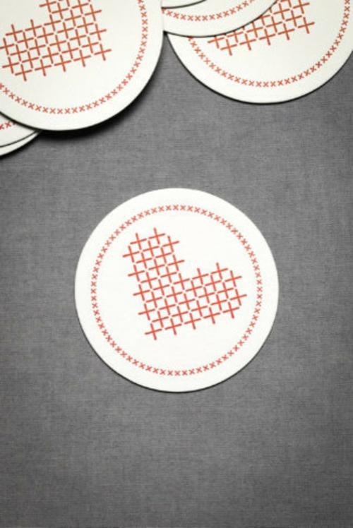 Valentinstag Dekoideen tischdeko herzen gekreuzt