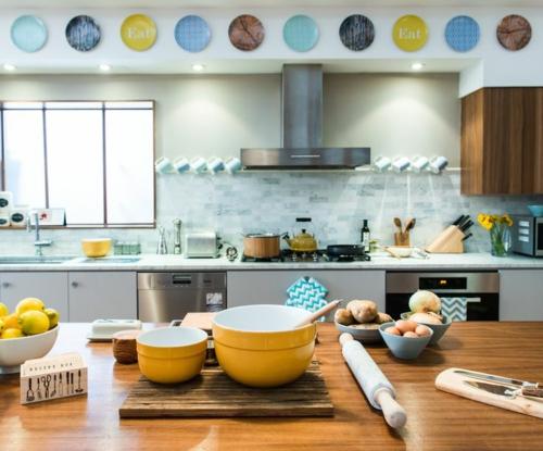 Wand teller Dekoration klassisch antik verziert schalen gelb küchenschiene