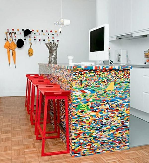 alte Kommode als Küchenblock bunt oberfläche rot barhocker