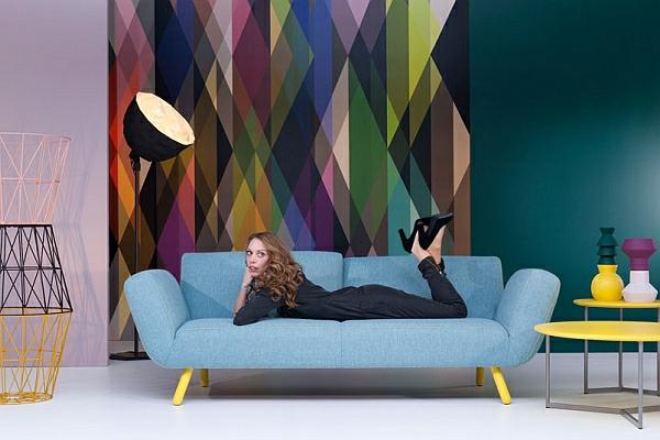 designer couch hellblau zitronengelbe füße vase tisch