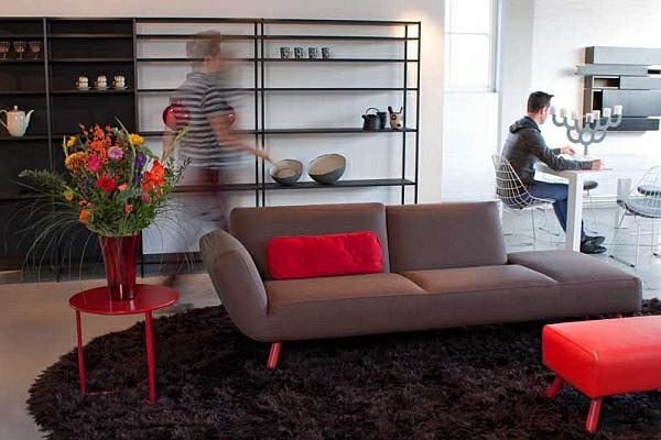 designer couch liege braun rotes kissen beistelltisch
