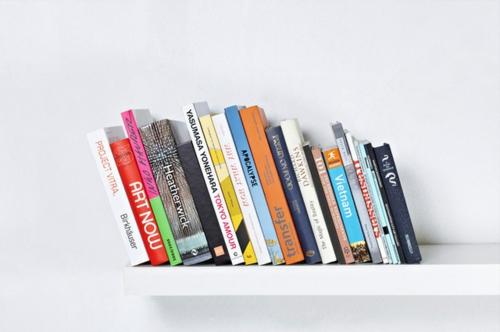 coole Bücherstützen abenteur bücher schief