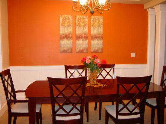 farbe orange esstisch stühle mahagoni wandkunst