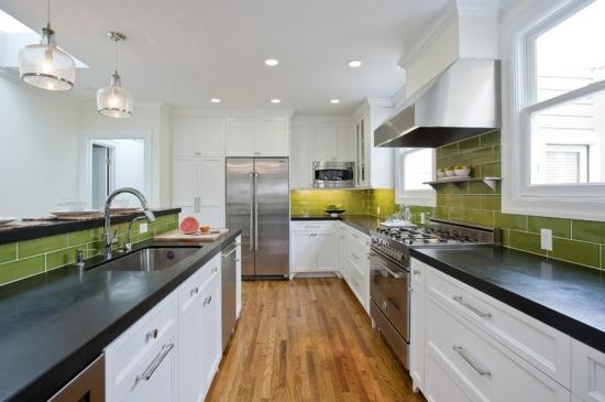 farben für küchenwänd  ideen grün fliesenspiegel holzboden weiß