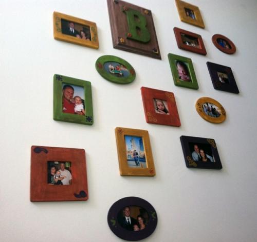 coole wanddeko eine fotowand mit familienfotos gestalten. Black Bedroom Furniture Sets. Home Design Ideas