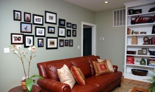 Fotowand mit Familienfotos gestalten wohnen familie lieb sofa leder braun