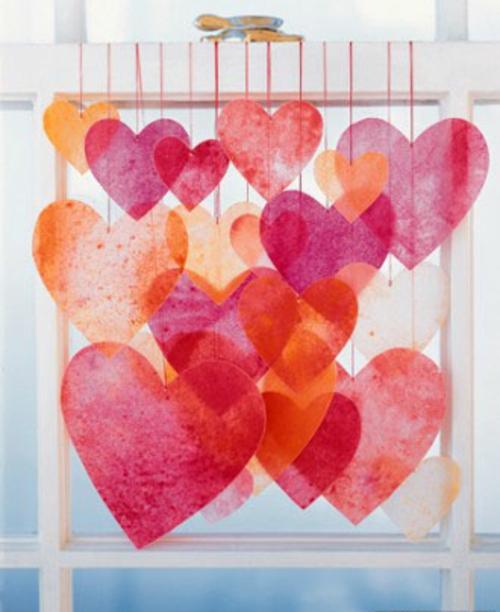 frische DIY Ideen zum Valentinstag hängend herzen fenster