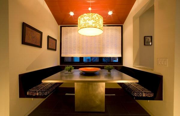gemütliche essecke sitzbänke langer metallener tisch