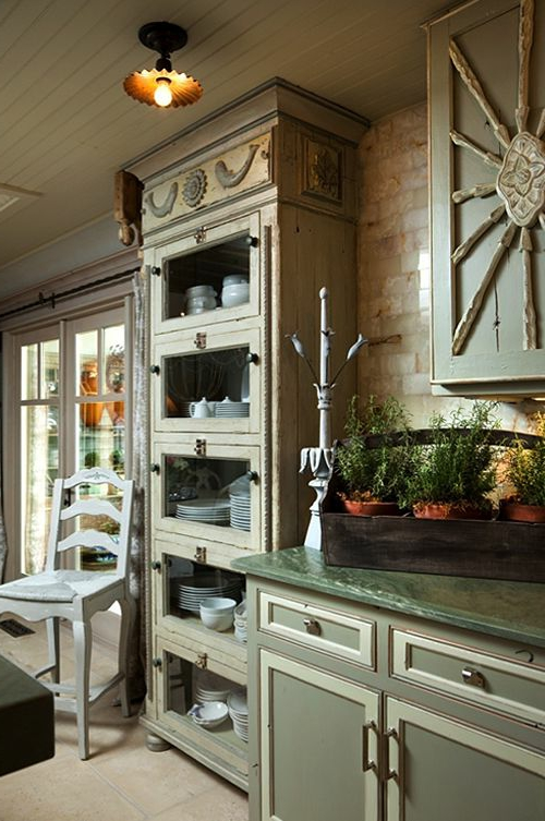 glas küchenschrank hocker rustikal teller platte klassisch