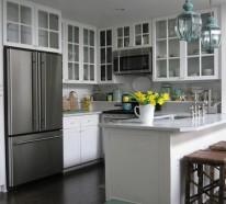 Vitrinenschrank und Glasvitrine für eine leuchtende Küche