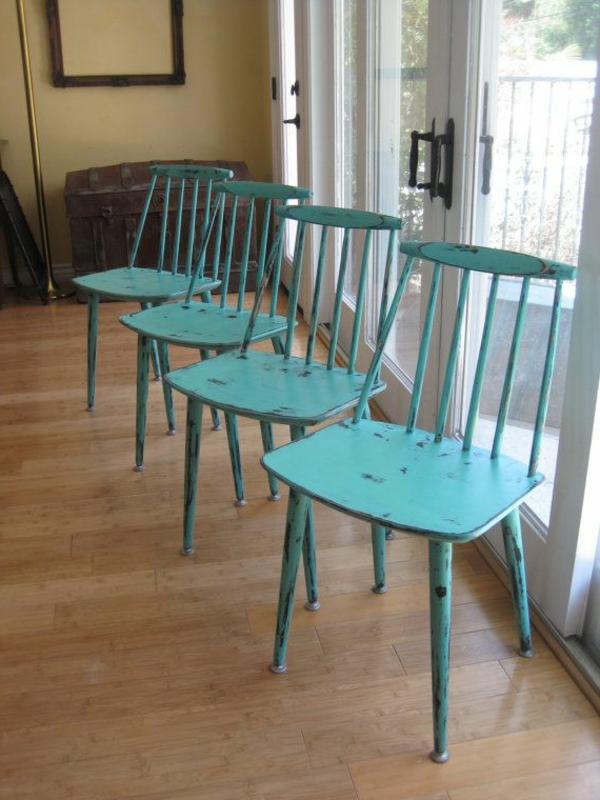 grün blau bemalt stühle lehnen holz bodenbelag
