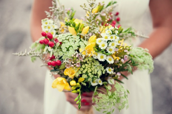 hochzeitsblumen gelb wildblumen brautstrauß