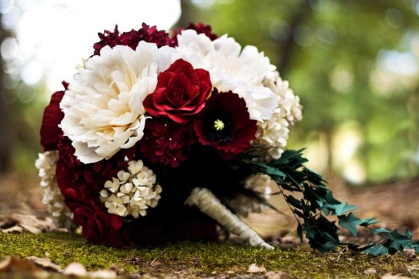 hochzeitsblumen weiß rot brautstrauß