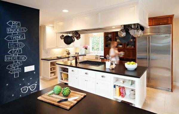 küchendesigns hängende töpfe und pfannen