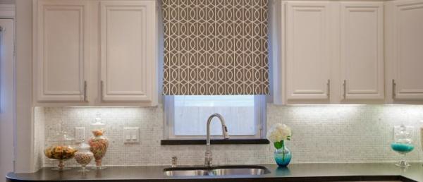 küchengardinen weiße oberschränke geometrisch gemustertes fensterrollo