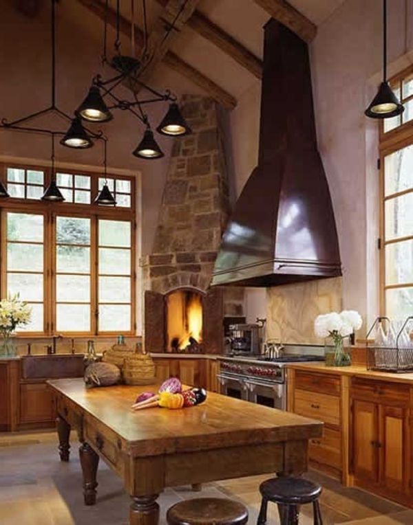 küchenkamin rustikal runde hocker holztisch
