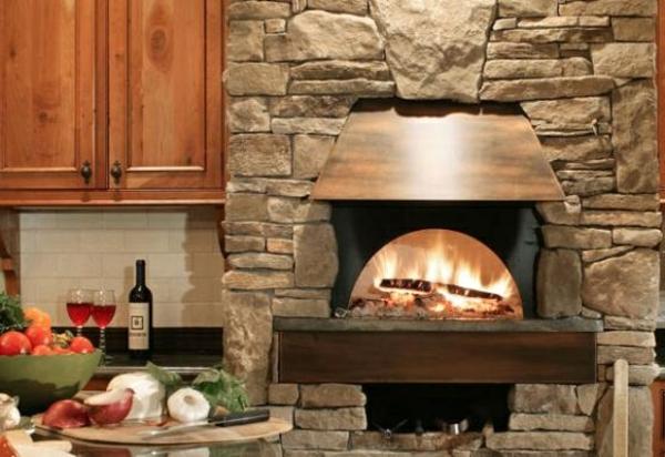 küchenkamin steinplatten eichenholz schrank