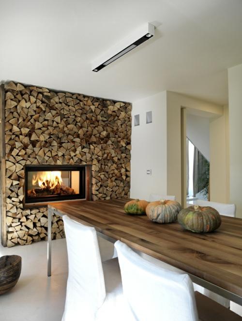 kamin  küche einbauen holztisch kürbisse stühle bezogen