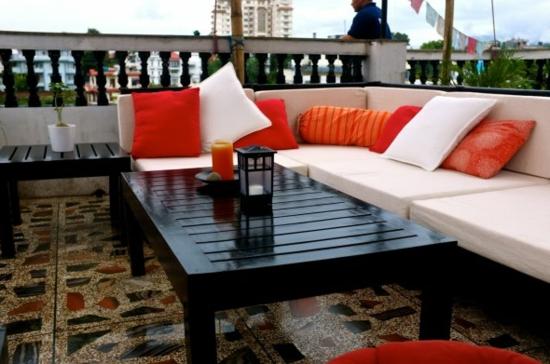 lounge gartenmöbel weiße leinen polsterung schwarzer holztisch