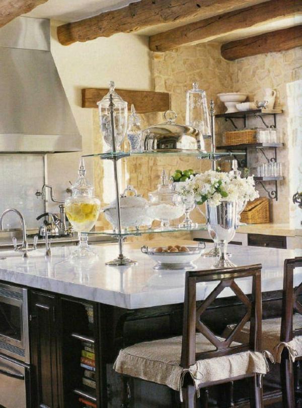 naturstein wandgestaltung holz balken küche stühle