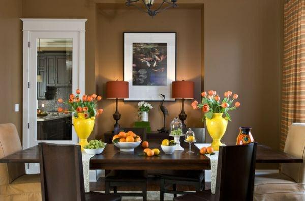 neujahrsvorsätze tischdekoration gelbe vasen orange tulpen