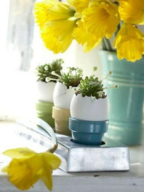 osterdeko basteln gelbe narzissen blaue mini übertöpfe