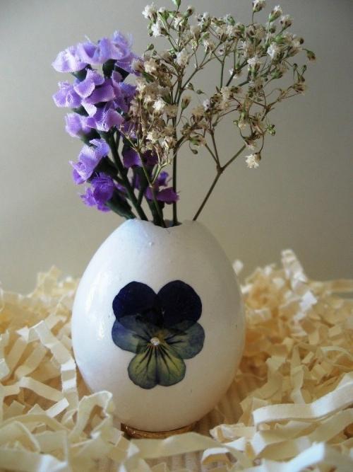 osterdeko basteln stiefmütterchen blau papierstreusel