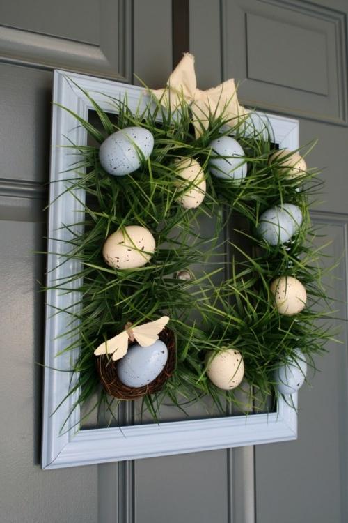 osterkranz selber machen holzrahmen graue beige eier